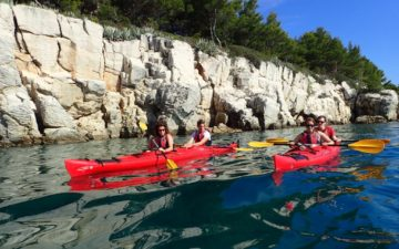 Split sea kayak tour with cliff jumping